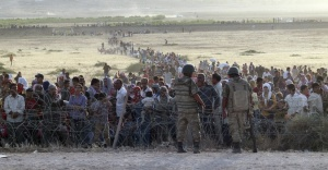 Refugees from Syria queuing at Turkey's 'porous' border
