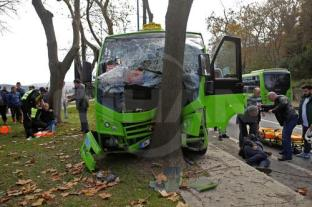 Five injured as minibus hits tree in Istanbul