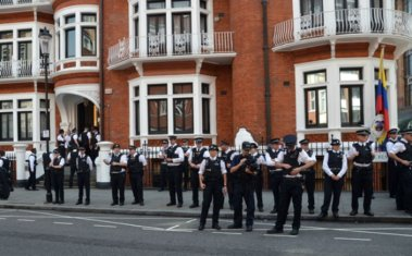 London-police-Ecuadore-embassy-guard-Julian-Assange-shutterstock_110655800